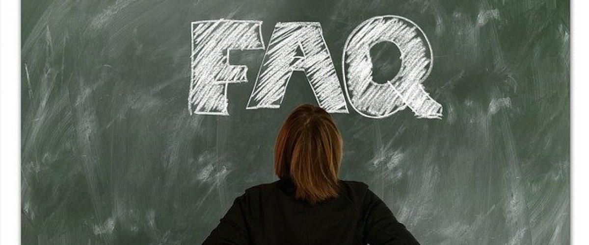 Schultafel auf der steht FAQ